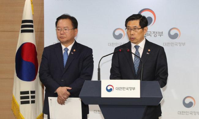 박상기 법무부 장관(오른쪽)과 김부겸 행정안전부 장관이 3월 19일 정부서울청사에서 김학의 사건 등과 관련해 후속조치를 발표하는 긴급기자회견을 하고있다. [동아DB]