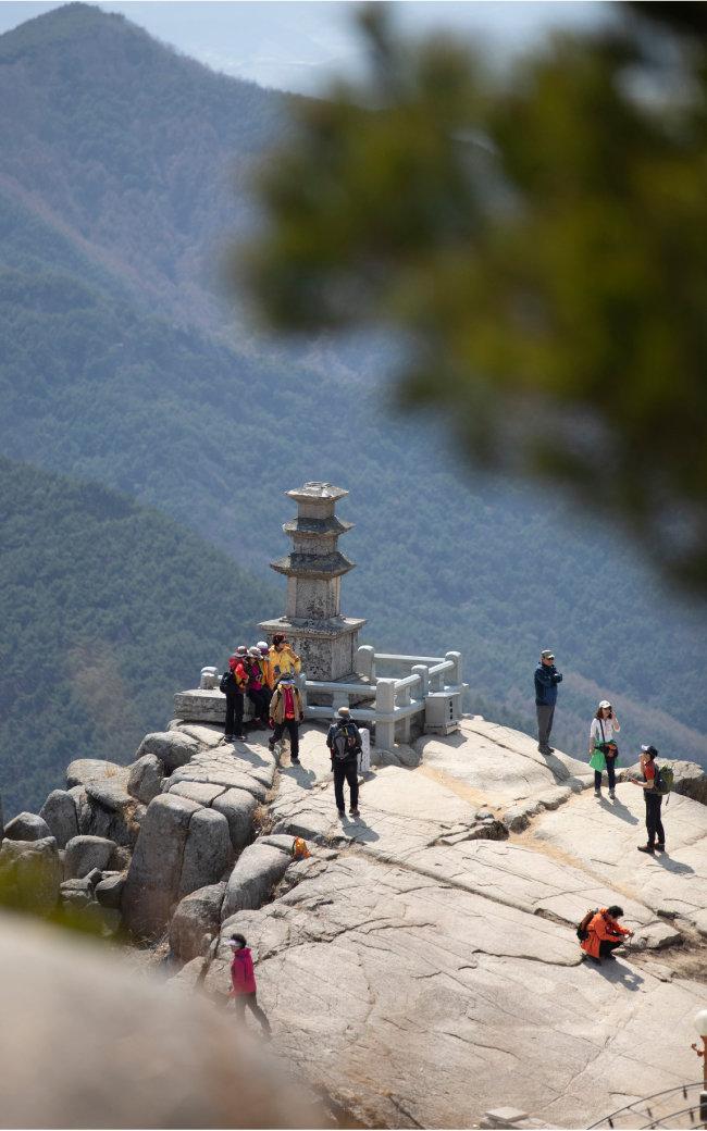 비슬산 정상에 자리 잡은 대견사는 '삼국유사'를 쓴 일연 스님이 주지를 지낸 사찰이다. 이곳 3층 석탑으로 등산객들이 속속 모여들었다.