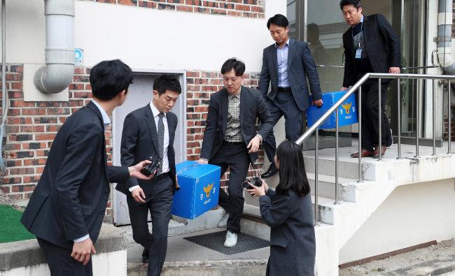 경찰이 4월 11일 서울 강남 클럽 '버닝썬' 투자사의 사무실을 압수수색한 뒤 압수품을 옮기고 있다. [뉴스1]