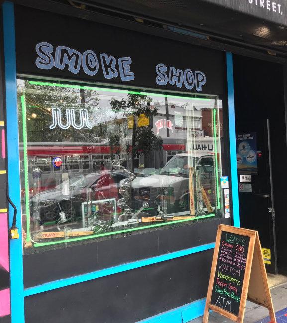 샌프란시스코 미션 스트리트에 있는 한 담배 판매점. 외부 유리창에 'JUUL'이란 이름이 큼지막하게 적힌 네온사인이 붙어 있다.
