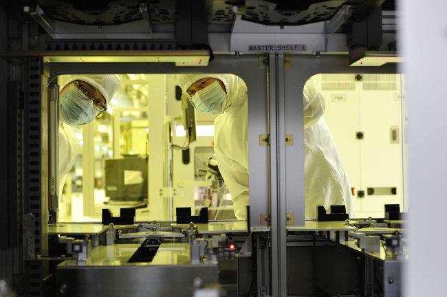 우리나라 반도체 기업 대부분이 일본으로부터 핵심 원료 및 장비 관련 부품을 공급받고 있다. [동아DB]
