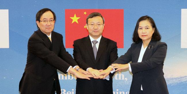 야마자키 가즈유키 일본 외무성 경제담당 외무심의관, 왕셔우원 중국 상무부 부부장, 유명희 산업통상자원부 통상교섭실장(왼쪽부터)이 지난해 12월 7일 중국 베이징에서 열린