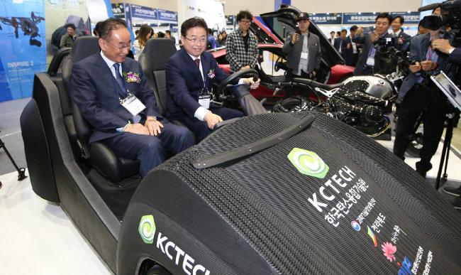 2018년 10월 17일 경북 구미코(컨벤션센터)에서 열린 2018 국제탄소산업포럼 개막식에서 이철우 경북지사(오른쪽)와 장세용 구미시장이 탄소차에 시승하고 있다. [뉴스1]