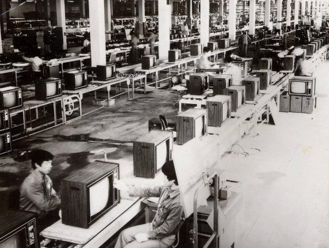 1975년 6월 당시 동양 최대 규모를 자랑하던 금성사 구미공장에서 TV가 생산돼 나오는 모습. 구미시는 구미의 산업유산을 관광자원으로 개발할 계획이다. [동아DB]