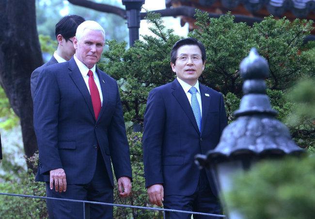 2017년 4월 17일 황교안 당시 대통령권한대행이 (현 자유한국당 대표)이 방한한 마이크 펜스 미국 부통령과 함께 서울 삼청동 총리공관을 걷고있다. [동아DB]