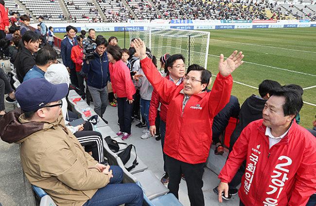 3월 30일 황교안 대표가 프로축구경기가 열린 창원축구센터에 들어와 창원성산 보궐선거 유세를 하고 있다. [자유한국당 홈페이지]
