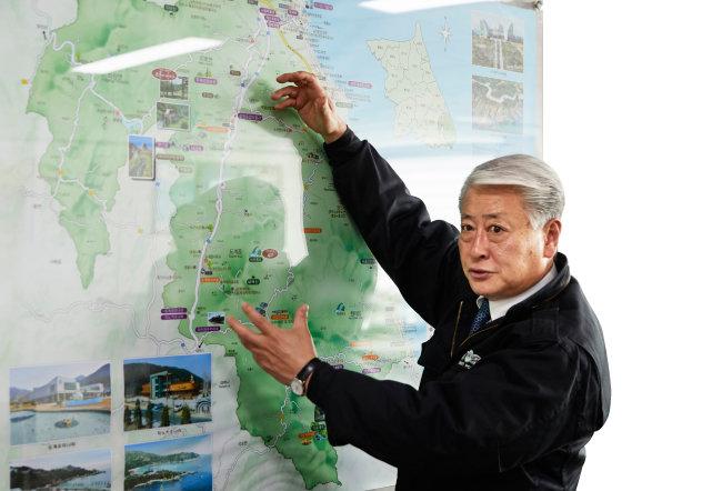 김양호 시장이 제천~삼척 고속도로 개통시 삼척의 물류 지형이 어떻게 변할지에 대해 설명하고 있다. [홍중식 기자]