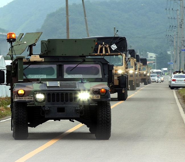 2017년 9월 7일 경북 성주 초전면 사드기지로 발사대 장비를 실은 차량이 이동하고 있다. [뉴시스]