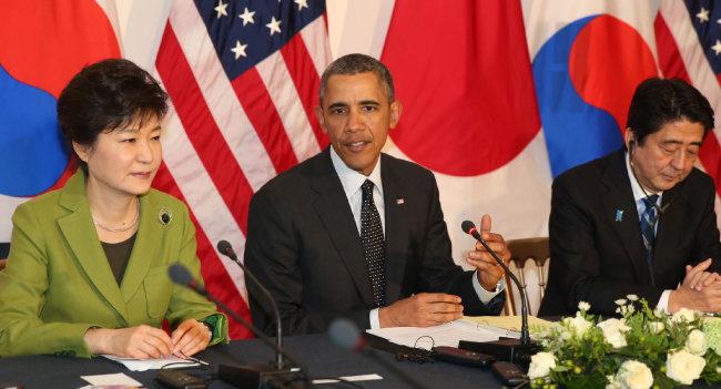 박근혜 대통령과 버락 오바마 미국 대통령, 아베 신조 일본 총리(왼쪽부터)가 참석한 가운데 2014년 3월 25일 네덜란드 헤이그 미국 대사관저에서 열린 한·미·일 정상회담. [뉴시스]
