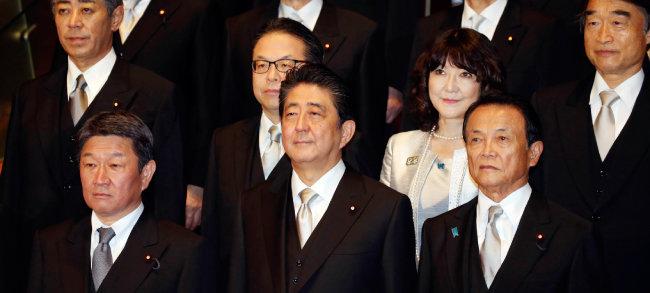 일본 아베 신조 총리(앞줄 가운데)와 내각 각료들. [AP=뉴시스]