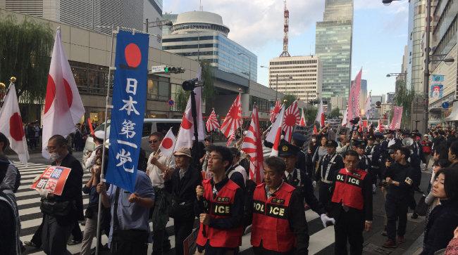 2018년 11월 10일 일본 도쿄 도심에서 열린 반한 집회에서 우익 세력들이 일본 군국주의의 상징인 욱일기와 일장기를 들고 행진하고 있다. 한국과 국교를 단절하라는 문구도 보인다. [동아일보 김범석 기자]