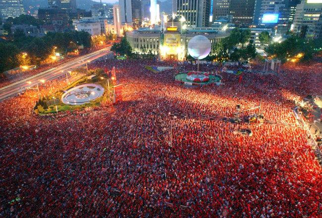 2002월드컵 '한국 - 포르투갈' 전 당시 서울시청 앞 응원 물결. [동아일보 이종승기자]