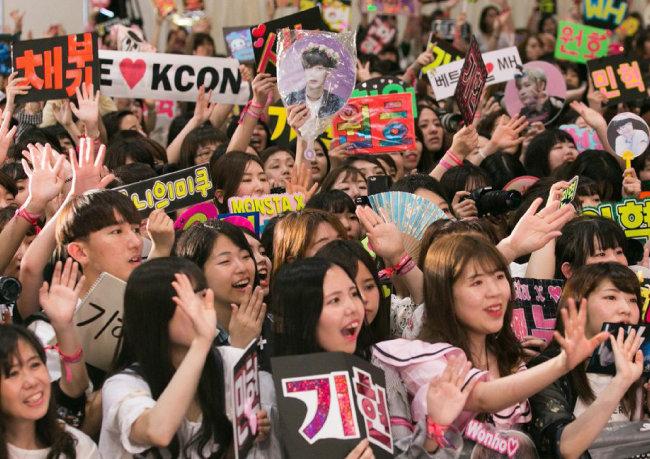 2017년 5월 20일 일본 지바에서 열린 '케이콘(KCON) 2017 재팬' 콘서트에 참석한 팬들이 한류 스타의 이름을 쓴 피켓과 사진을 든 채 환호하고 있다. [CJ E&M 제공]