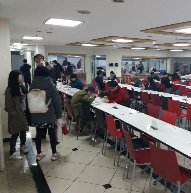 3월 27일 오전 6시 30분경 노량진 강남교회를 찾은 수험생들이 무료로 제공되는 아침식사를 하고 있다. [김우정 기자]