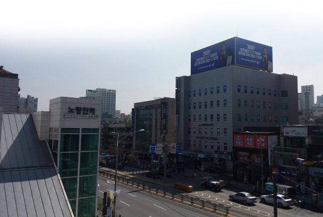 노량진역과 노량진로 건너 고시촌의 모습. [김우정 기자]