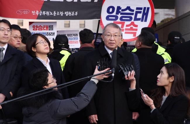 2019년 1월 11일 양승태 전 대법원장이 검찰 소환에 앞서 대법원 앞에서 기자회견을 하고 있다. [동아DB]