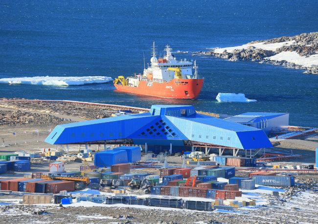 남극 동남쪽 테라노바만에 있는 장보고 과학기지. 겨울이면 바다까지 얼어붙어 외부 이동이 어렵다. [해양수산부 제공]