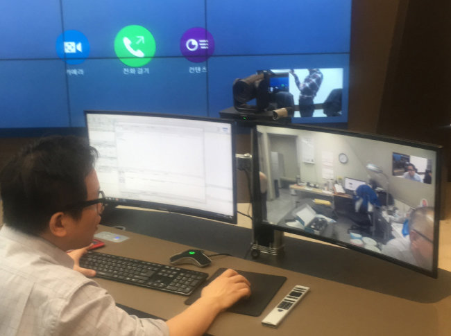 가천의대 길병원에서 원격의료 시스템을 이용해 남극기지와 소통하는 모습. [극지연구소 제공]