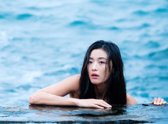 '어우야담'의 인어 이야기를 소재로 삼은 드라마 '푸른 바다의 전설'의 한 장면. 배우 전지현이 인어 역을 맡았다. [문화창고·스튜디오드래곤 제공]