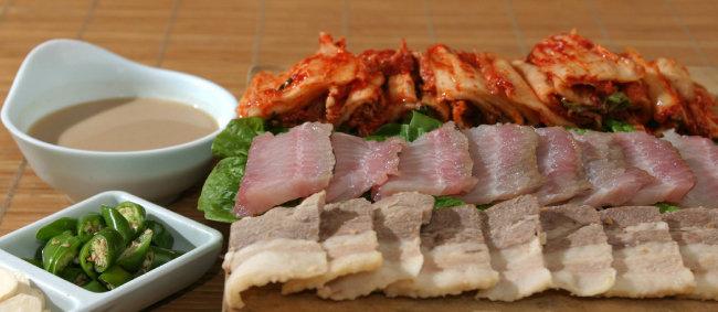 홍어와 김치, 돼지고기, 탁주가 어우러진 한상 차림 [동아일보 강병기 기자]