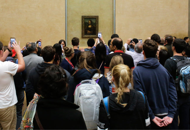 프랑스 루브르 박물관 '모나리자' 앞에 모여 있는 관람객들. [AP=뉴시스]