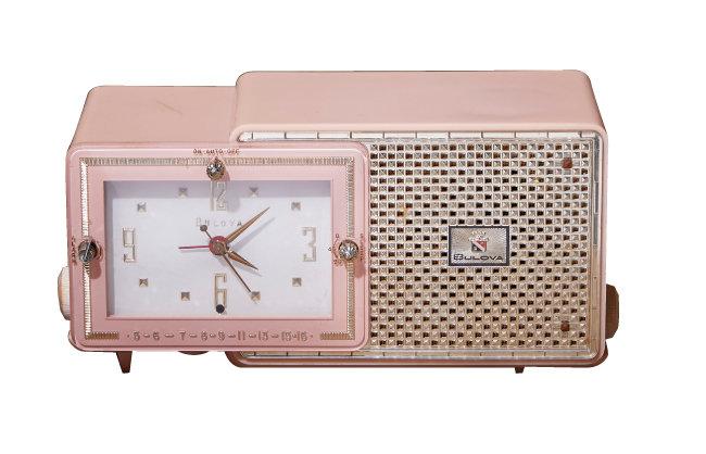 시계 브랜드로 알려진 불로바(BULOVA)에서 만든 라디오 'model 120'. 화려한 디자인과 소재(카탈린)의 희소성으로 고가다.