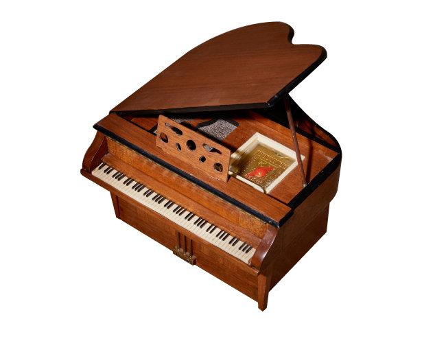 제너럴 텔레비전(General Television) 사의 피아노 모양 라디오.