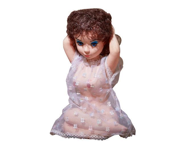 여자의 상체를 본떠 만든 라디오. 인형의 옷을 올린 뒤 유두 부위를 돌리면서 주파수와 음량을 조절한다.