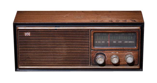 금성사에서 만든 'RF-1007' 라디오. 직사각형의 디자인이 깔끔하다.