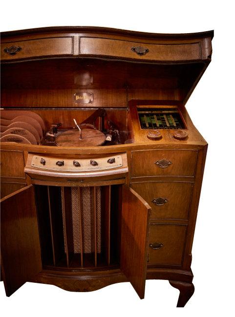 페토 스콧(PETO SCOTT)사의 턴테이블 겸용 라디오. 앤티크 가구가 멋스럽다.