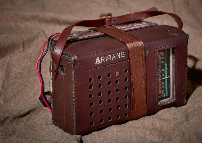 김호준씨가 미국에서 유학 중 동네 차고 세일에서 구입한 '아리랑' 라디오(1993).