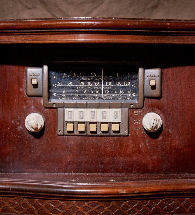 마그나복스(MAGNAVOX)의 진공관 라디오.