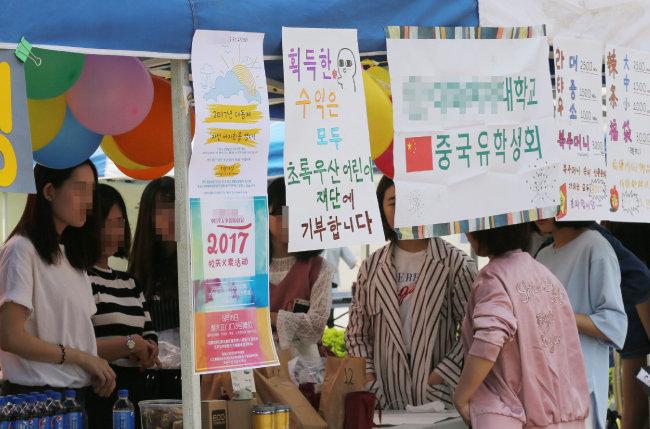 대학교 축제에 참가해 중국 기념품을 판매하는 중국유학생회 학생들.