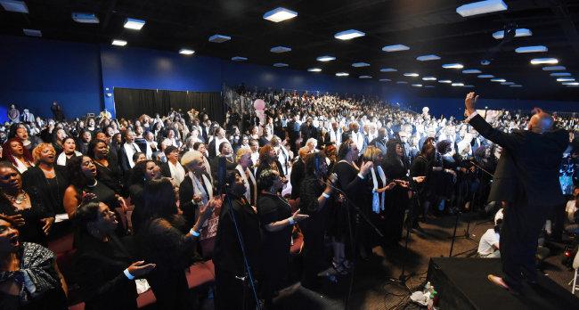 4월 7일 미국 LA에서 열린 가정연합의 희망전진대회에서 커티스 패로 지휘자와 500여 초종교파 합창단이 공연을 하고 있다.
