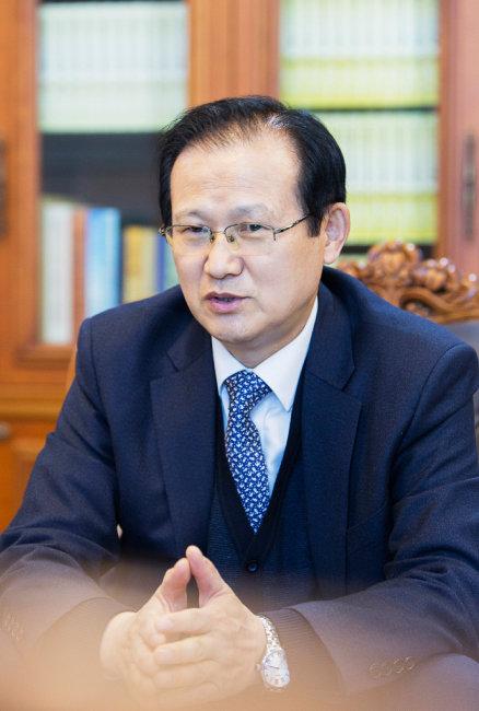 '신동아'와 인터뷰하는 이기성 가정연합 한국회장.