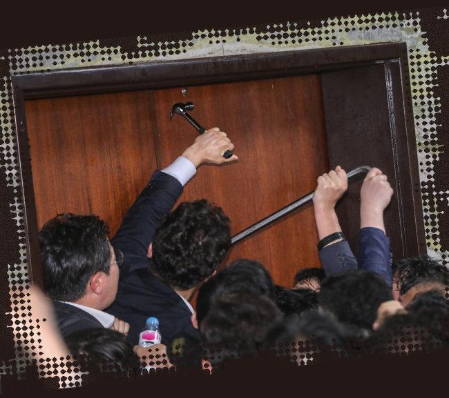 4월 26일 더불어민주당 내지 국회사무처 관계자들이 노루발못뽑이(일명 빠루)와 장도리를 사용해 국회사무처 의안과 진입을 시도하고 있다. [뉴스1]