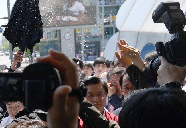 5월 3일 광주시 광주송정역 광장에서 시위 참가자가 황교안 자유한국당 대표에게 물병을 던졌다. [뉴시스]