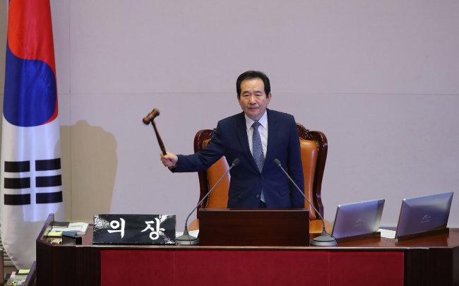 정세균 국회의장이 2016년 12월 9일 오후 국회에서 열린 본회의에서 ''대통령(박근혜) 탄핵소추안'' 가결을 선포하고 있다. [국회사진기자단]