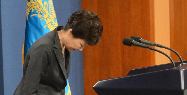 2016년 11월 4일 청와대에서 대국민 담화를 발표한 뒤 고개 숙여 인사하는 박근혜 대통령. [청와대사진기자단]