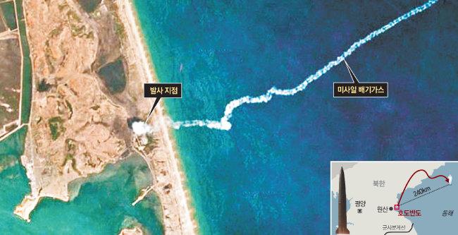 5월 4일 북한이 동해상으로 발사한 단거리 탄도미사일이 흰 연기를 뿜으며 날아가는 순간을 포착한 위성사진을 미국 CNN이 5일 공개했다. [미들베리 국제학연구소 제공·CNN 홈페이지 캡처]