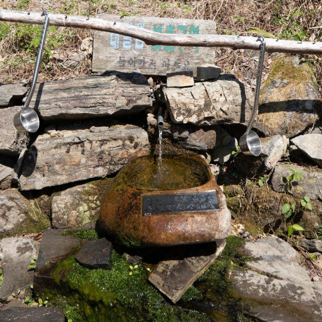 졸졸 흐르는 대궐터 샘물은 숨차 허덕이는 등산객에게 오아시스 같은 곳이다.