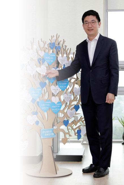 김세연 자유한국당 의원이 '유니세프의 국회친구들' 희망나무에서 포즈를 취하고 있다. [박해윤 기자]