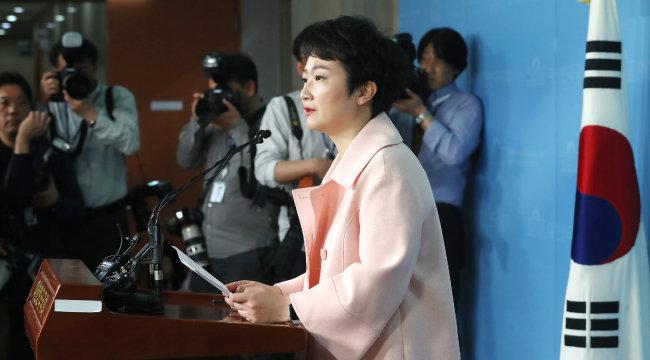 이언주 의원이 4월 23일 서울 여의도 국회 정론관에서 바른미래당 탈당 기자회견을 하고 있다. [뉴스1]