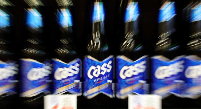 오비맥주가 4월 4일 부터 카스, 카프리 등 주요 맥주 제품의 공장 출고가를 평균 5.3% 인상했다. 사진은 서울 한 대형마트의 주류 매대. [뉴스1]