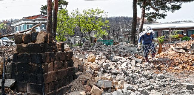 5월 4일 강원 고성군 토성면 성천리 주민이 전소된 주택 주변을 정리하고 있다. [박해윤 기자]