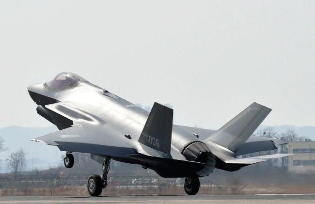스텔스 전투기 F-35A가 3월 29일 공군 청주기지에 착륙하고 있다. [방위사업청 제공]