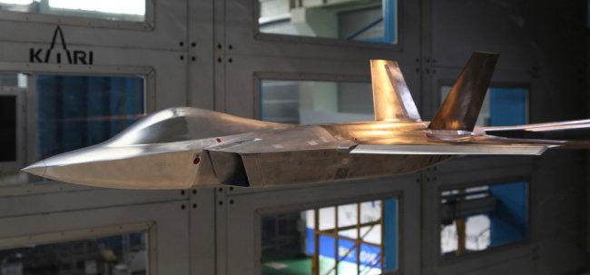 KFX는 2026년까지 KF16+급 전투기 120대를 생산하는 사업이다. [한국항공우주연구원 제공]