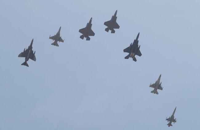 공군의 스텔스 전투기 F-35A 2대(왼쪽 세 번째, 네 번째)가 3월 29일 충북 청주 상공을 비행하고 있다. [뉴스1]