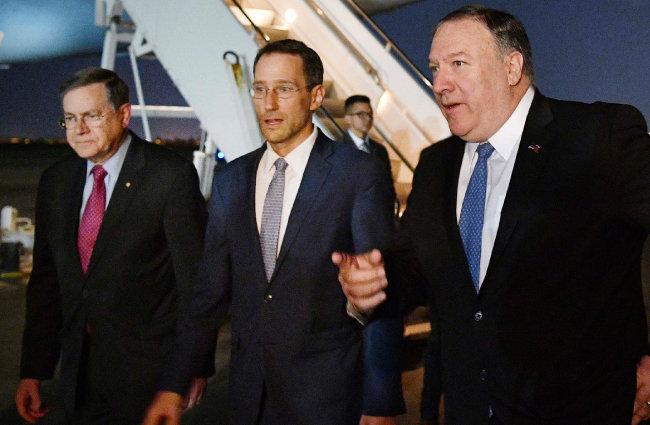 5월 7일 마이크 폼페이오 미국 국무장관(맨 오른쪽)이 이라크에 도착해 바그다드 국제공항을 걷고 있다. [AP=누시스]