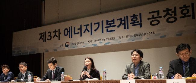 4월 19일 서울 강남구 코엑스 컨퍼런스룸에서 열린 제3차 에너지기본계획 공청회에서 참석 패널들이 토론하고 있다. [뉴스1]